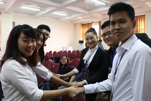 นักศึกษาจากสถาบันต่างๆจับมือกันก่อนการแข่งขันจะเริ่มต้นขึ้น