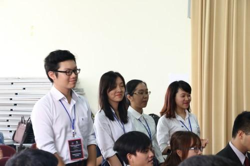 นักศึกษาจากสถาบันต่างๆที่เข้าร่วมการแข่งขันจะแนะนำตัวเองต่อคณะกรรมการและผู้เข้าร่วมแข่งขันทีมอื่นๆ
