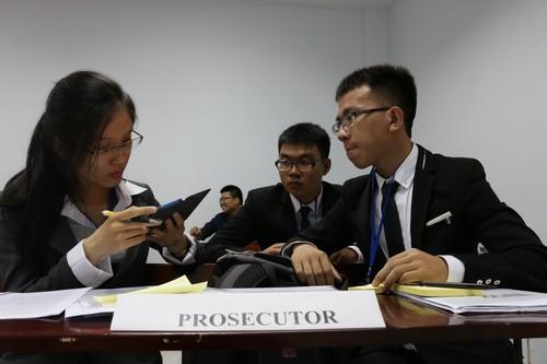 นักศึกษาสวมบทบาทเป็นฝ่ายโจทก์เพื่อว่าความในประเด็นที่เกี่ยวข้องกับคดีอาชญากรรมระหว่างประเทศ