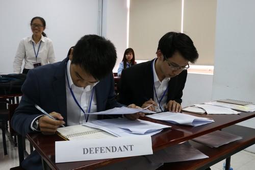 นักศึกษาสวมบทบาทเป็นฝ่ายจำเลยเพื่อว่าความในประเด็นที่เกี่ยวข้องกับคดีอาชญากรรมระหว่างประเทศ