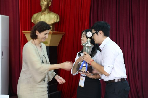 คุณเชรีน พอลลินี่ หัวหน้าสำนักงานไอซีอาร์ซีประจำกรุงฮานอยมอบถ้วยรางวัลให้กับทีมฝ่ายจำเลยที่ชนะการแข่งขันในครั้งนี้