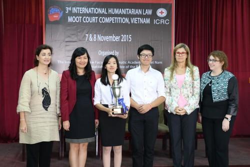 ผู้ชนะการแข่งขันว่าความศาลจำลองในประเทศเวียดนามถ่ายภาพร่วมกับผู้แทนของไอซีอาร์ซีและอาจารย์