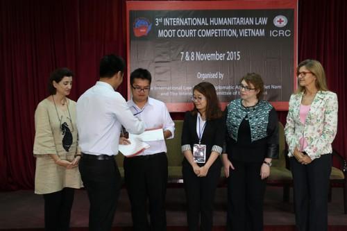 นักศึกษาที่เข้าร่วมการแข่งขันเข้ารับประกาศนียบัตรจากผู้แทนของกระทรวงการต่างประเทศเวียดนาม