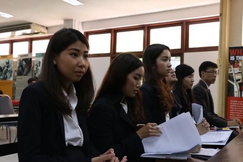 นักศึกษาทั้งหมดที่เข้าร่วมการแข่งขันรวมตัวกันภายในห้องศาลจำลองก่อนเริ่มการแข่งขัน