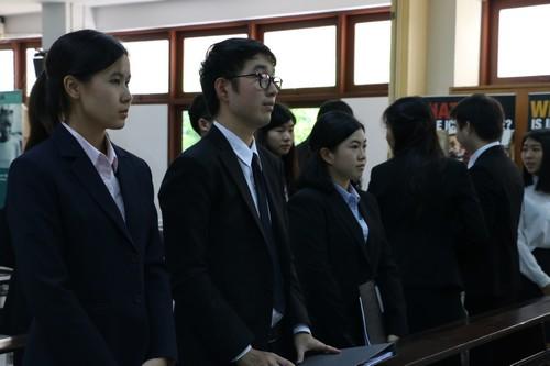 นักศึกษาทั้งหมดที่เข้าร่วมการแข่งขันลุกขึ้นยืนโดยพร้อมเพรียงกันเพื่อแสดงความเคารพต่อศาล