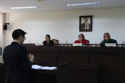 นักศึกษาจากทีมฝ่ายโจทก์คนแรกขึ้นให้การต่อศาล