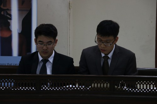 ทีมฝ่ายโจทก์กำลังเตรียมเอกสารหลักฐานสำหรับการขึ้นให้การต่อศาล
