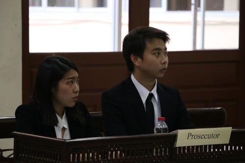 นักศึกษาจากทีมฝ่ายโจทก์ตั้งใจฟังการขึ้นให้การของฝ่ายจำเลย