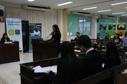 นักศึกษาจากทีมฝ่ายจำเลยขึ้นให้การต่อศาล