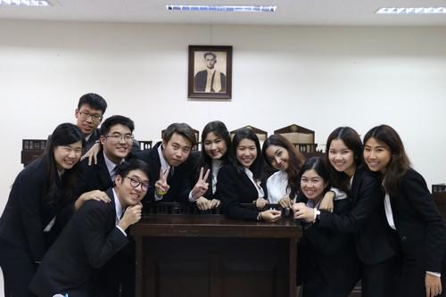 นักศึกษาที่เข้าร่วมการแข่งขันศาลจำลองในกฎหมายมนุษยธรรมระหว่างประเทศถ่ายรูปร่วมกัน
