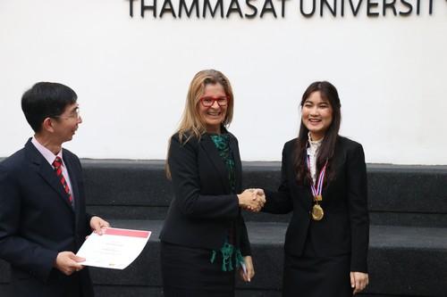 คุณกราเซียล่า พิโคลี่ รองผู้อำนวยการสำนักงานภูมิภาคกรุงเทพฯ แสดงความยินดีกับนักศึกษาที่เข้าร่วมการแข่งขัน