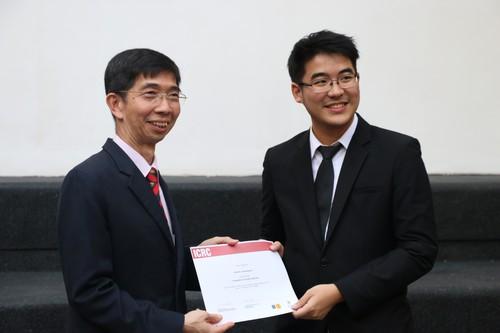 รองศาสตราจารย์ณรงค์ ใจหาญ คณบดีคณะนิติศาสตร์ มหาวิทยาลัยธรรมศาสตร์ มอบประกาศนียบัตรให้กับสมาชิกทีมชนะการแข่งขัน