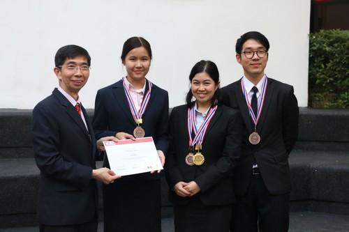 รองศาสตราจารย์ณรงค์ ใจหาญ คณบดีคณะนิติศาสตร์ มหาวิทยาลัยธรรมศาสตร์ มอบประกาศนียบัตรให้กับนักศึกษาที่เข้าร่วมการแข่งขัน
