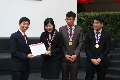 รองศาสตราจารย์ณรงค์ ใจหาญ คณบดีคณะนิติศาสตร์ มหาวิทยาลัยธรรมศาสตร์ มอบประกาศนียบัตรให้กับทีมที่ชนะการแข่งขัน