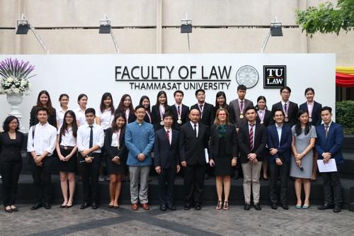 ผู้เข้าร่วมงานการแข่งขันศาลจำลองในกฎหมายมนุษยธรรมระหว่างประเทศถ่ายรูปร่วมกันเป็นที่ระลึก