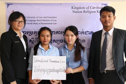 นักศึกษาที่เข้าร่วมงานแข่งขันศาลจำลองในกฎหมายมนุษยธรรมระหว่างประเทศถ่ายภาพร่วมกัน