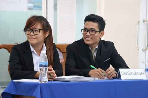 นักศึกษาสวมบทบาทเป็นฝ่ายจำเลยในการแข่งขันว่าความศาลจำลองในกฎหมายมนุษยธรรมระหว่างประเทศ