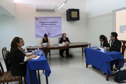 นักศึกษากำลังทำการแข่งขันในศาลจำลองกฎหมายมนุษยธรรมระหว่างประเทศ