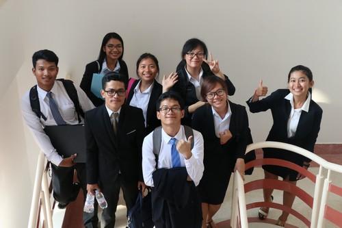 นักศึกษาถ่ายรุปร่วมกันเพื่อเป็นที่ระลึก
