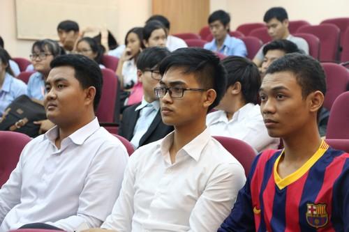 นักศึกษาเข้าร่วมฟังการประกาศรายชื่อผู้เข้ารอบแปดทีมสุดท้าย
