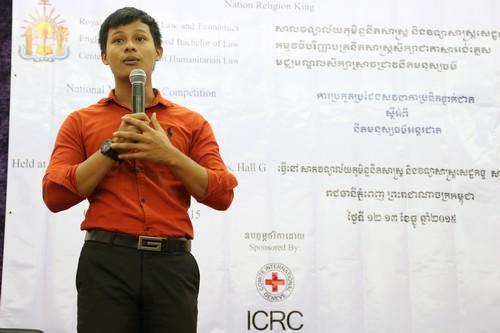 เจ้าหน้าที่ของศูนย์ศึกษากฎหมายมนุษยธรรมระหว่างประเทศประกาศคะแนนของผู้เข้าร่วมการแข่งขันในรอบแรก