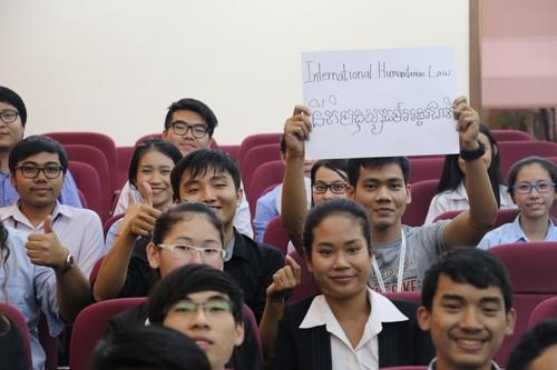 นักศึกษาถ่ายภาพร่วมกันระหว่างรอฟังผลการแข่งขัน