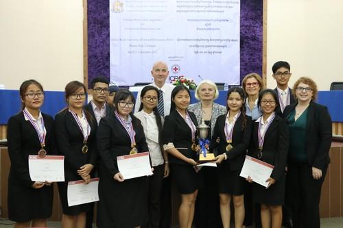 นักศึกษาที่ได้รับรางวัลในหัวข้อต่างๆถ่ายภาพหมุ่ร่วมกัน