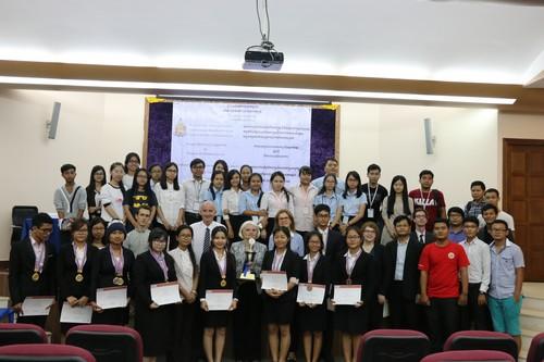 นักศึกษาที่เข้าร่วมการแข่งขัน กรรมการ ตัวแทนจากไอซีอาร์ซี เจ้าหน้าที่ของศูนย์ศึกษากฎหมายฯ และ อาสาสมัครถ่ายภาพร่วมกัน