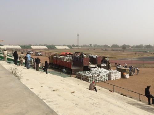อาสาสมัครจากกาชาดไนจีเรียจะแจกอาหารให้กับผู้พลัดถิ่นซึ่งส่วนใหญ่จะหนีภัยจากการโจมตีโดยกลุ่มโบโกฮาราม