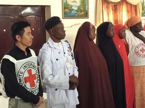 เจ้าหน้าที่ไอซีอาร์ซีไทยบรรยายในหัวข้อหลักการและสัญลักษณ์กาชาดให้เจ้าหน้าที่จากกาชาดไนจีเรียฟัง