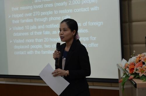 คุณเบญจมาส จันทิวาสน์ วิทยากรของไอซีอาร์ซีบรรยายถึงการติดตามสืบหาญาติในภาวะภัยพิบัติแก่ผู้เข้าร่วมการฝึกอบรม-ขอขอบคุณกาชาดไทย