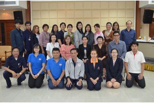 ผู้เข้าร่วมการฝึกอบรมการติดตามสืบหาญาติในภาวะภัยพิบัติถ่ายรูปหมู่ร่วมกันเป็นที่ระลึก-ขอขอบคุณกาชาดไทย