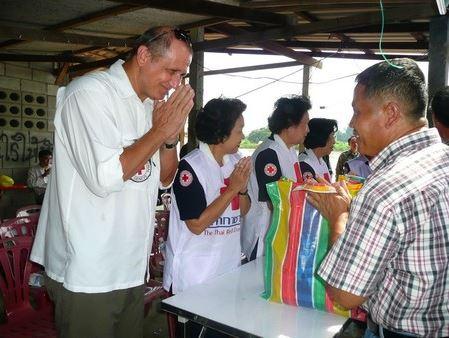 เซดริกกับทีมไอซีอาร์ซีพร้อมด้วยเจ้าหน้าที่กาชาดไทย ส่งความช่วยเหลือให้กับผู้ประสบภัยน้ำท่วมในภาคเหนือของไทยในปี 2553