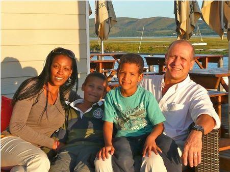 พร้อมหน้ากับครอบครัวในแอฟริกาใต้ อันเป็นที่ๆเขาจะใช้ชีวิตบั้นปลายนับจากนี้ไป (ซ้ายไปขวา-ซันทาล ยิสโซ เจไน และ เซดริก)