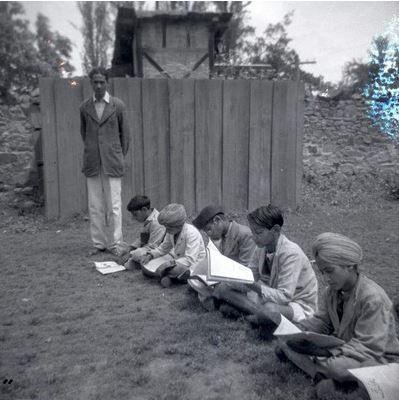 องค์กรกาชาดฯท้องถิ่นจัดการเรียนการสอนให้เด็กในค่ายผู้อพยพ แคว้นจัมมูแคชเมียร์ ประเทศอินเดีย ปี 1948-1950