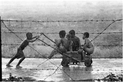ประเทศไทย ปี 1983 เด็กๆเล่นกันท่ามกลางสายฝนที่ค่ายผู้อพยพเขาอีด่าง