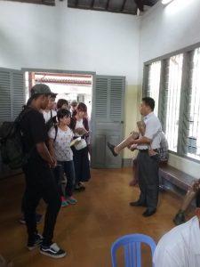 หัวหน้าจัน เฮง กำลังอธิบายให้นักเรียนฟังถึงขั้นตอนการทำอุปกรณ์ออร์โธปีดิกส์สำหรับผู้ป่วย