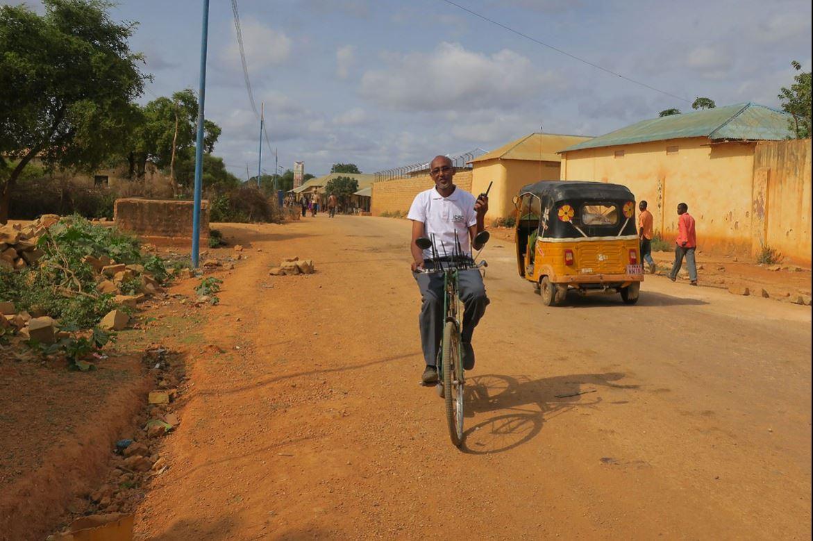 ฮาเจียร์กำลังมุ่งหน้ายังไปยังสำนักงานของไอซีอาร์ซีในเมืองไบดัว ของโซมาเลีย ซึ่งที่นั่นเขาทำหน้าที่ให้คำปรึกษาด้านโภชนาการที่ศูนย์ดูแลโภชนาการสำหรับเด็ก ไอซีอาร์ซีให้การสนับสนุนศูนย์โภชนาการแห่งหนึ่งที่เมืองไบดัวเพื่อช่วยลดอัตราการขาดสารอาหารในเด็ก
