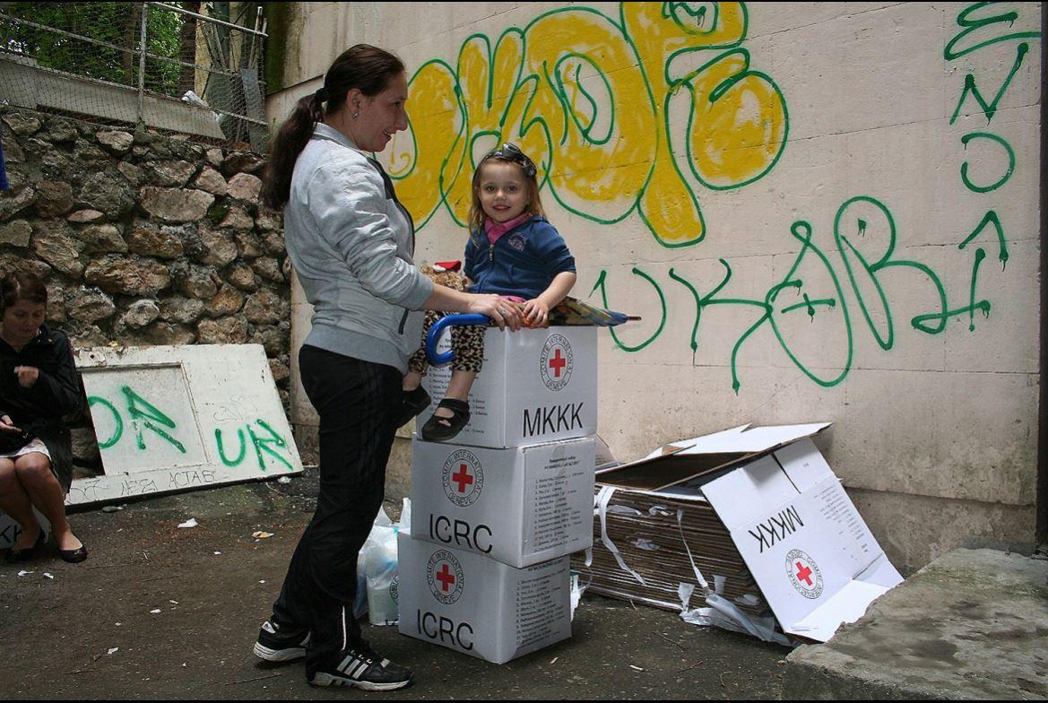 แม่และลูกสาวหัวเราะอย่างมีความสุขหลังจากมารอรับอาหาร ไอซีอาร์ซีร่วมกับสภากาชาดรัสเซียแจกจ่ายอาหารและอุปกรณ์เพื่อสุขอนามัยให้กับประชาชนที่ไร้ที่อยู่อาศัย 9,000 คนทางตอนใต้ของรัสเซีย