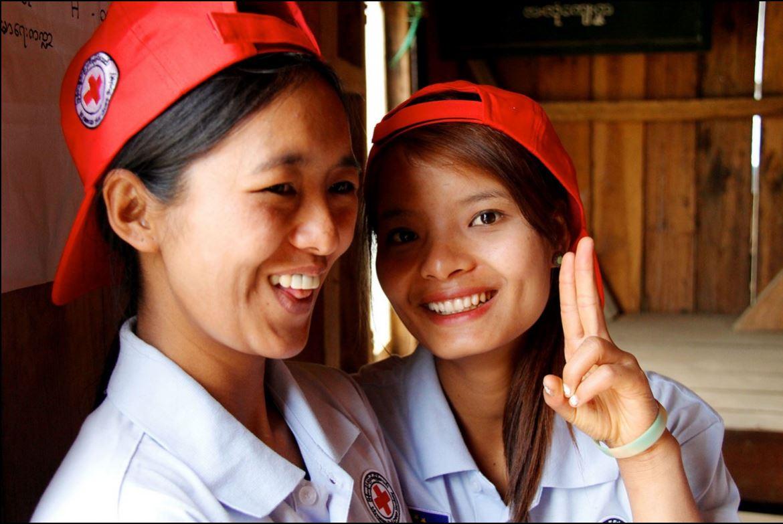 อาสาสมัครของสภากาชาดเมียนมาร์พักผ่อนหลังจากให้ความรู้ด้านอนามัยแก่ประชาชนในหมู่บ้าน งานของพวกเธอเป็นส่วนหนึ่งของโครงการที่มีวัตถุประสงค์เพื่อยกระดับการเข้าถึงการให้บริการด้านสุขอนามัยสำหรับแม่และเด็กในหมู่บ้านห่างไกลในรัฐชิน