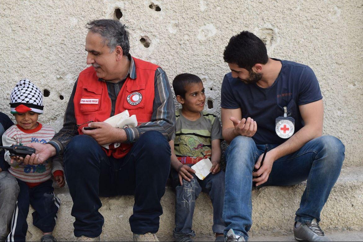 หลังจากเดินทางมาถึงค่ายพักพิงที่เมืองยัลดา ในซีเรียแต่เช้าตรู่ เจ้าหน้าที่ของไอซีอาร์ซีและสภาเสี้ยววงเดือนแดงอาหรับก็ใช้เวลาว่างเล่นกับเด็กๆ