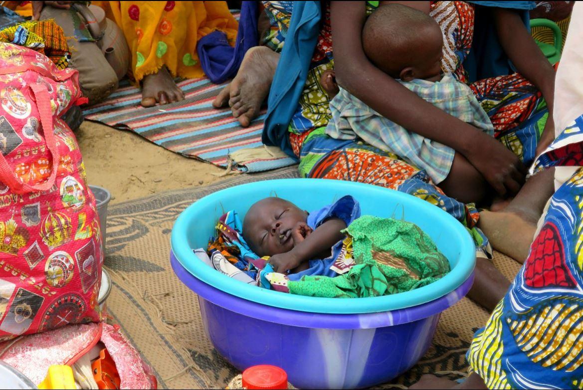 ทุกวันทั่วโลก เด็กๆแสดงให้เห็นว่าพวกเขาหลับได้ทุกที่ทุกเวลา ที่นี่คือศูนย์สุขภาพที่เมืองดัมบัว ในไนจีเรีย ไอซีอาร์ซีและสภากาชาดไนจีเรียให้ความช่วยเหลือแก่ประชาชนในเมืองดัมบัวและพื้นที่ห่างไกลที่ถูกตัดขาดจากความช่วยเหลือด้านมนุษยธรรม