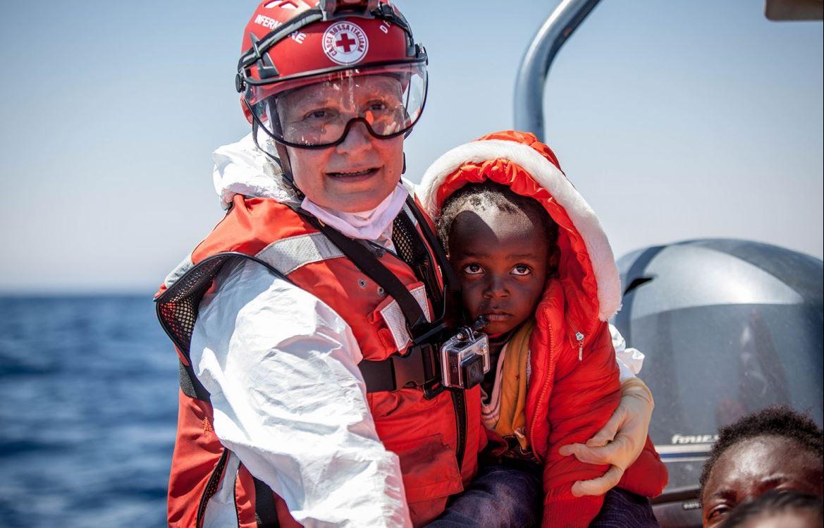 ดาเนียลลา พยาบาลจากสภากาชาดอิตาเลียนและทีมของเธอให้ความช่วยเหลือแก่กลุ่มบุคคลที่ติดค้างอยู่บนเรือที่กำลังจะจมในทะเลเมดิเตอร์เรเนียน ทุกวันจะมีประชาชนหลายร้อยคนที่รอความช่วยเหลือทำให้งานของเจ้าหน้าที่กาชาดไม่เคยหยุดนิ่ง