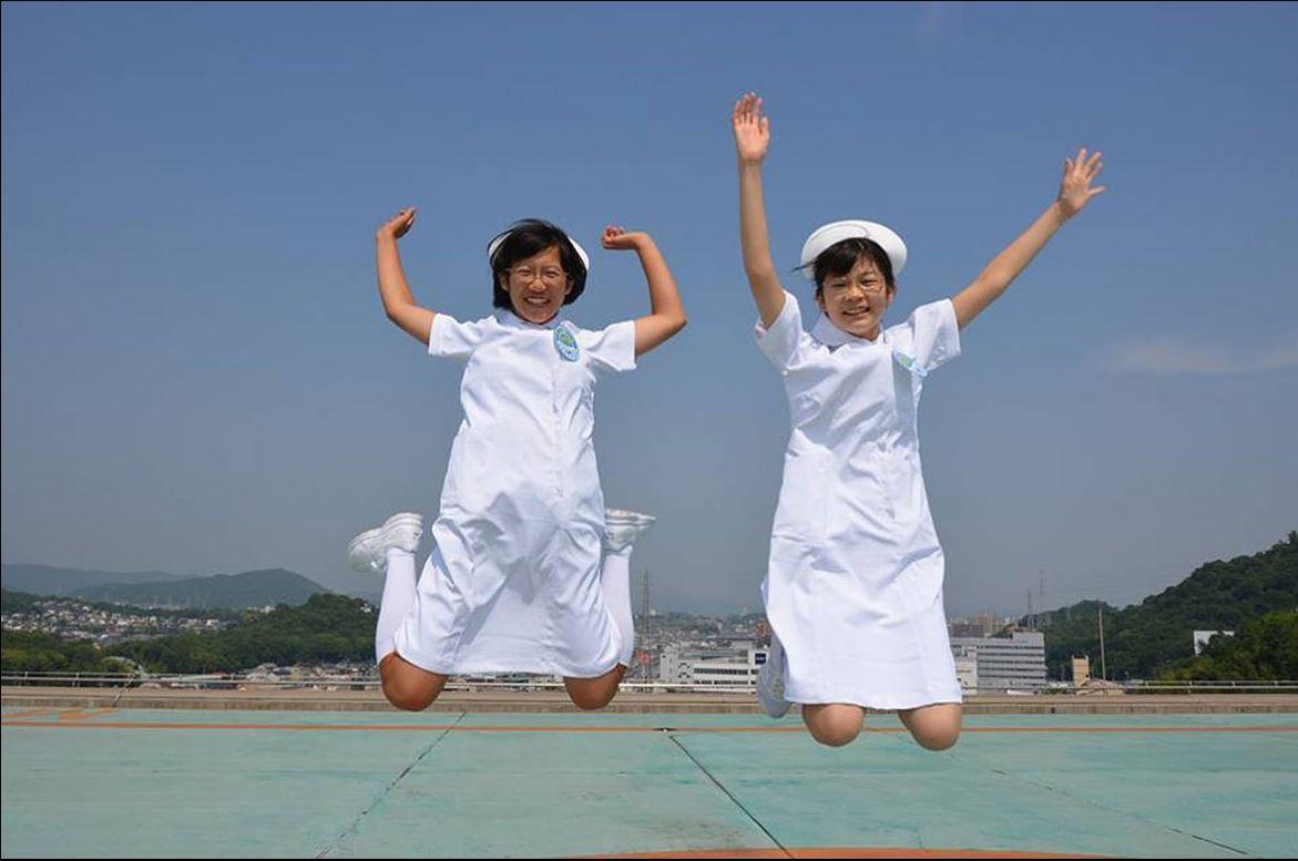 อาสาสมัครจากโรงเรียนมัธยมทากาโอกะ ใช้เวลาว่างอย่างสนุกสนานหลังจากเข้าร่วมโครงการฝึกอบรมเป็นพยาบาลของสภากาชาดญี่ปุ่น
