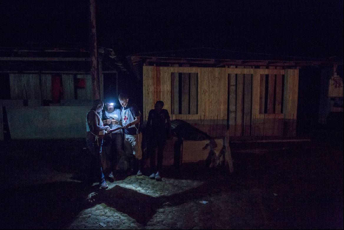 เจ้าหน้าที่ของ ICRC ทำงานจนดึกดื่นในจังหวัดโชโกของโคลอมเบีย พื้นที่นี้ตั้งอยู่ทางตะวันตกของประเทศและสามารถเข้าถึงได้ด้วยเรือเท่านั้น การขัดกันทางอาวุธในโคลอมเบียที่เกิดขึ้นนานกว่า 50 ปีทำให้ประชาชนมากกว่า 8 ล้านคนต้องการความช่วยเหลือด้านมนุษยธรรมและมีเพียงไม่กี่องค์กรเท่านั้นที่สามารถเข้าถึง