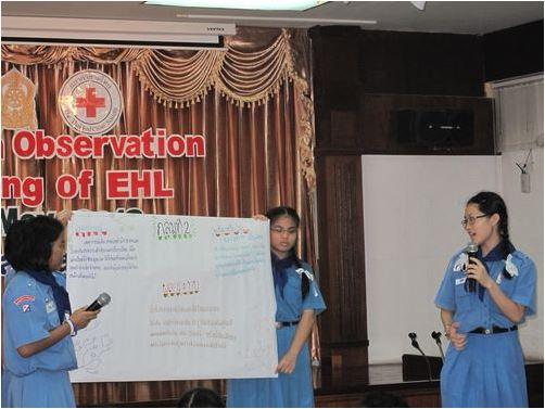 นักเรียนนำเสนอข้อสรุปจากการอภิปรายกลุ่มระหว่างกิจกรรมการสาธิตการเรียนการสอน