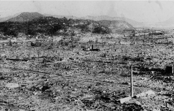 สงครามโลกครั้งที่สอง สภาพเมืองฮิโรชิมาห่างจากจุดศูนย์กลางของระเบิด 0.8 กิโลเมตร. 24 ชั่วโมงหลังจากเกิดเหตุระเบิด
