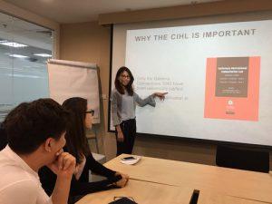นักศึกษากฎหมายภายใต้โครงการฝึกงานของ ICRC นำเสนอผลการศึกษาเกี่ยวกับกฎหมายจารีตประเพณีมนุษยธรรมระหว่างประเทศต่อที่ประชุมองค์กรประจำสัปดาห์