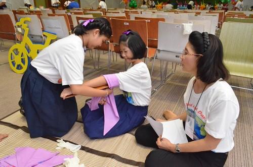 เด็กๆเข้าร่วมการแข่งขันวิธีการห้ามเลือด