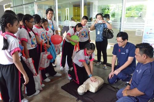 สาธิตการสอนช่วยฟื้นคืนชีพ หรือ CPR